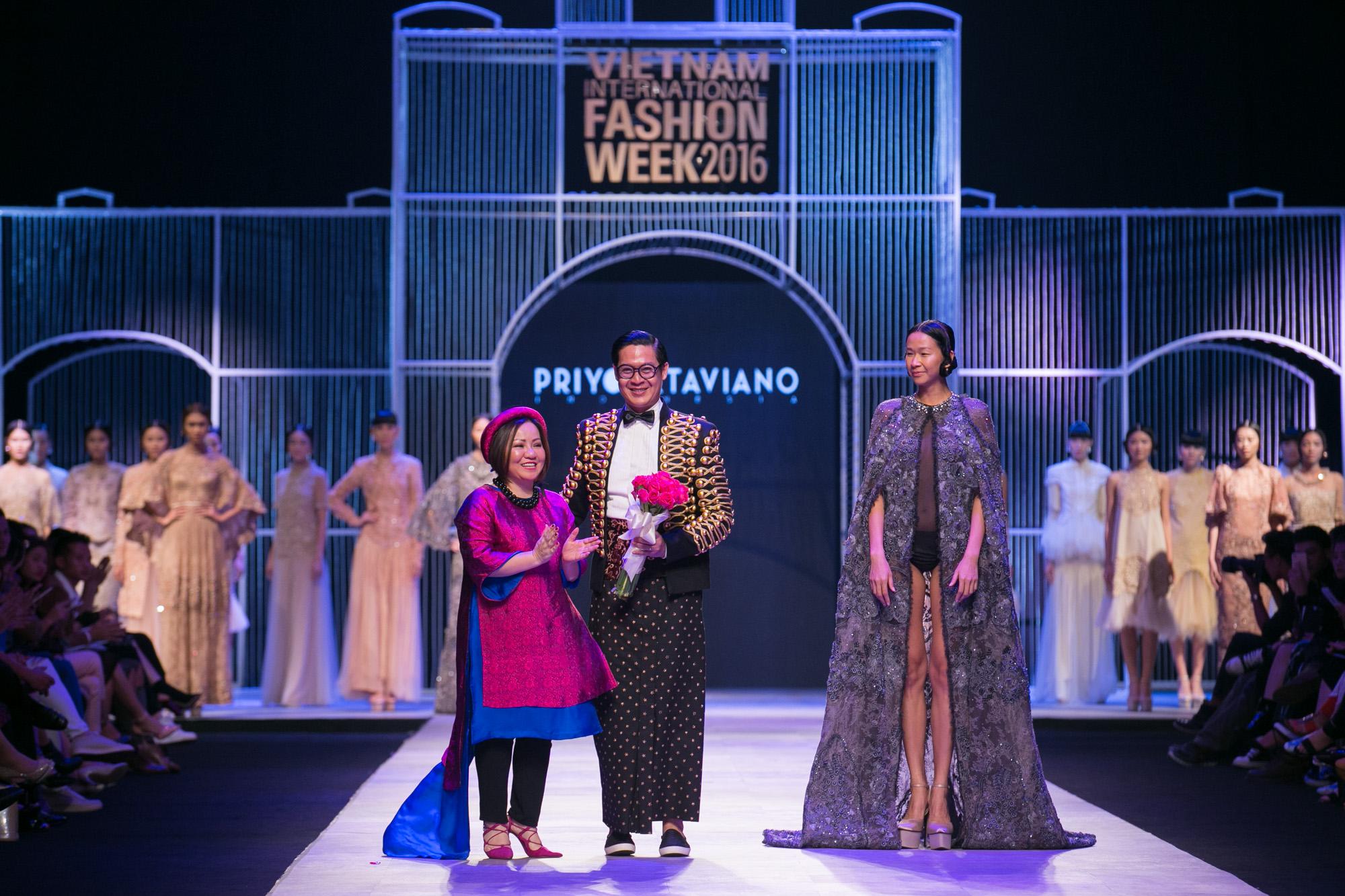 Chi Pu kiêu kì dắt cún trình diễn thời trang trên sàn diễn VIFW - Ảnh 68.