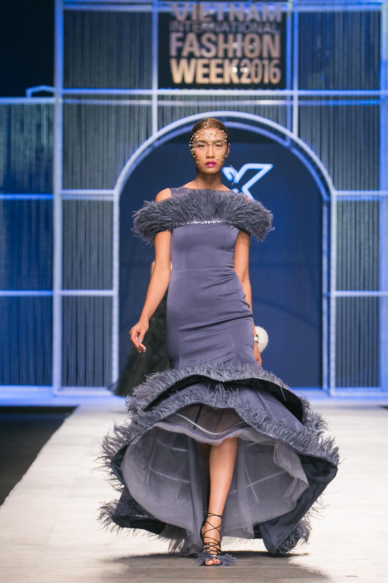 Chi Pu kiêu kì dắt cún trình diễn thời trang trên sàn diễn VIFW - Ảnh 18.