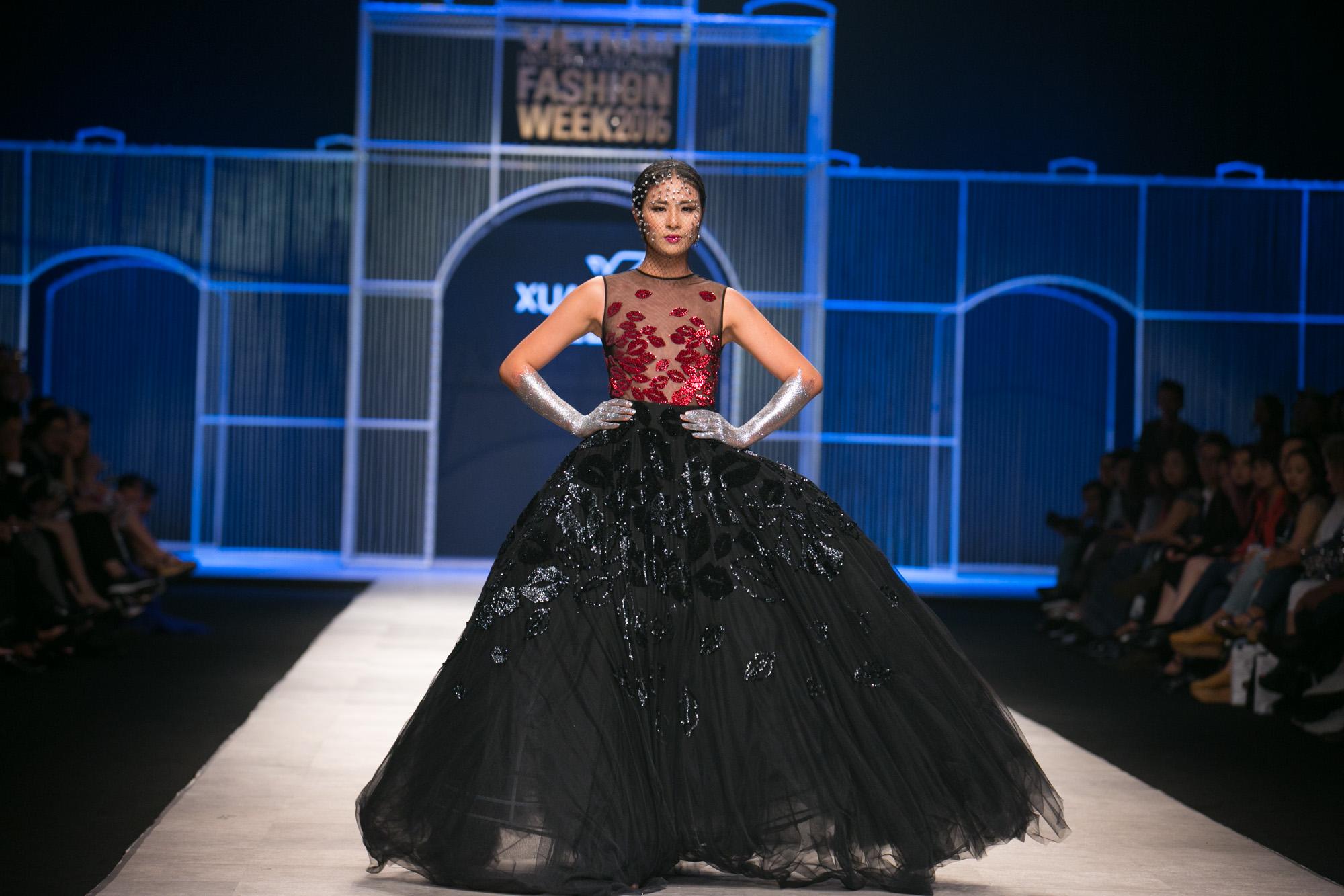Chi Pu kiêu kì dắt cún trình diễn thời trang trên sàn diễn VIFW - Ảnh 21.