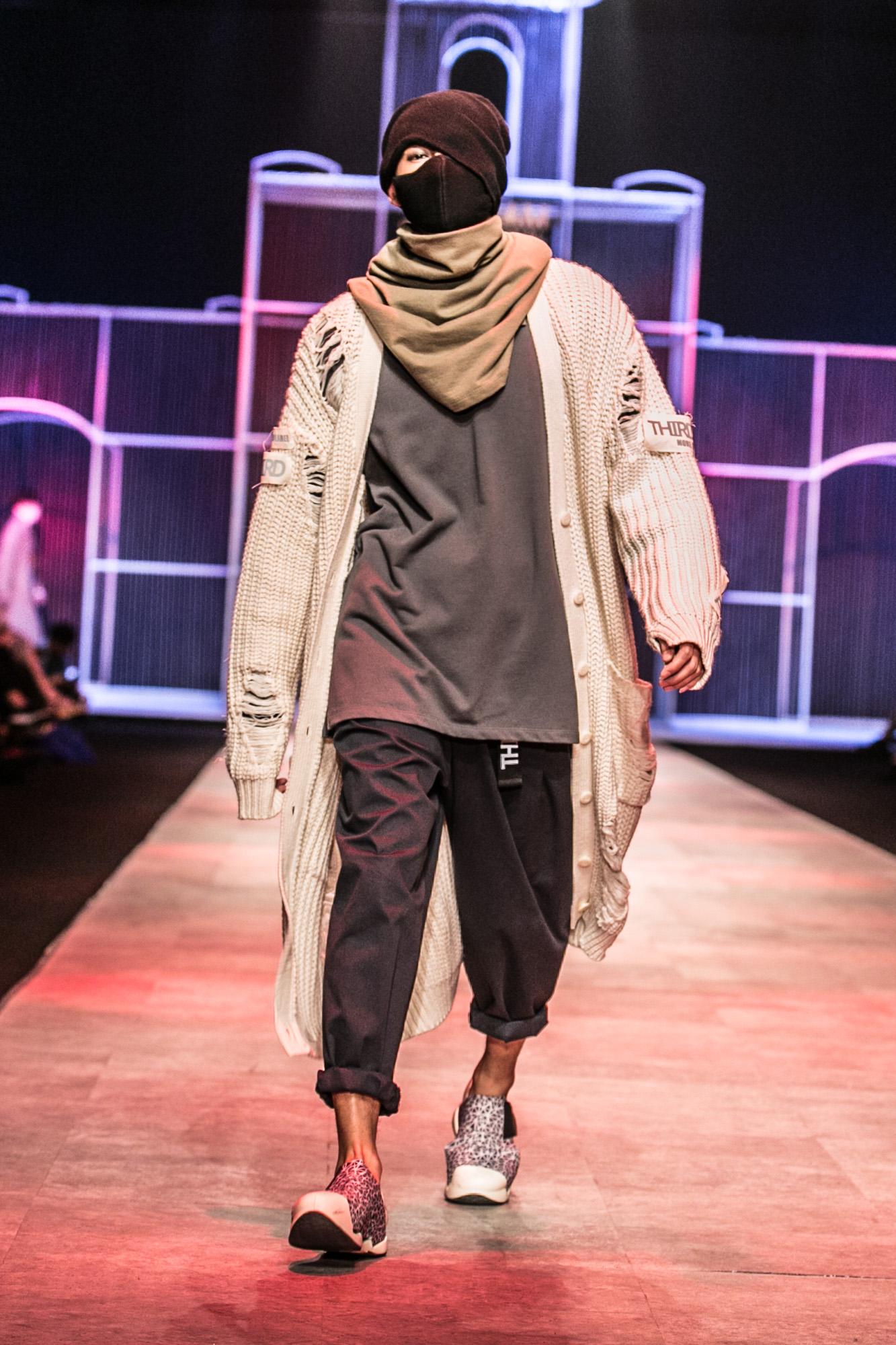 Chi Pu kiêu kì dắt cún trình diễn thời trang trên sàn diễn VIFW - Ảnh 44.