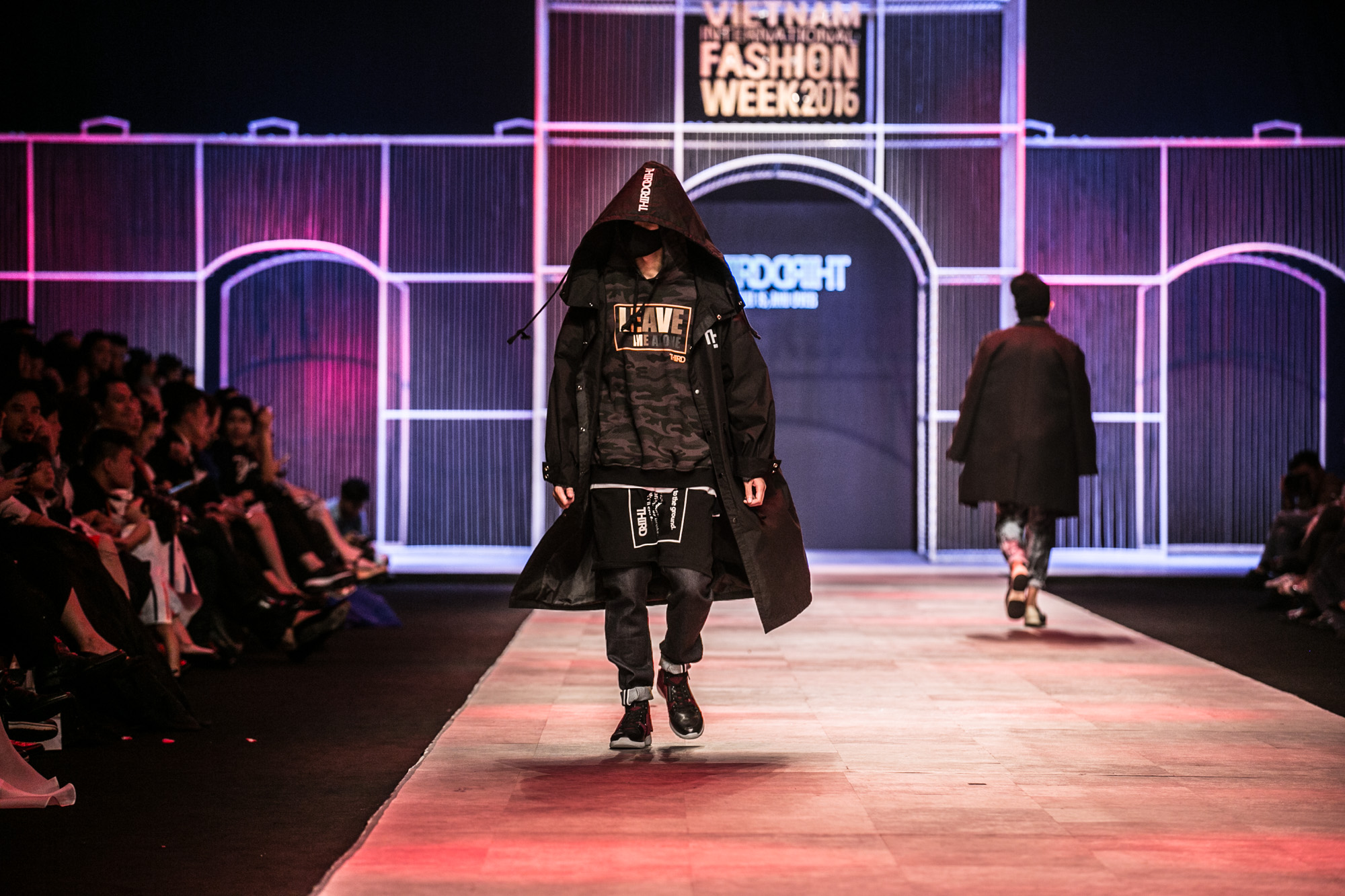 Chi Pu kiêu kì dắt cún trình diễn thời trang trên sàn diễn VIFW - Ảnh 48.