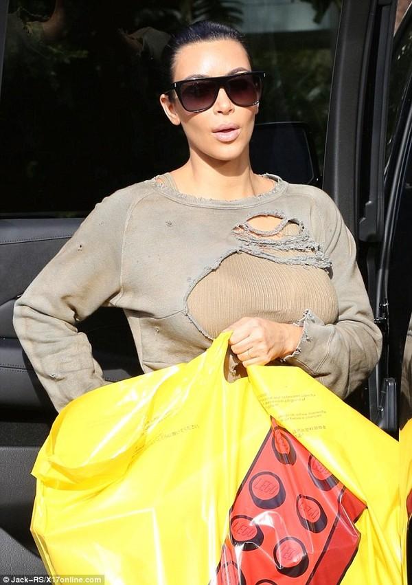 Cuối cùng, vợ chồng nhà Kim cũng nhân bản thành công mốt áo rách như... ăn mày - Ảnh 6.