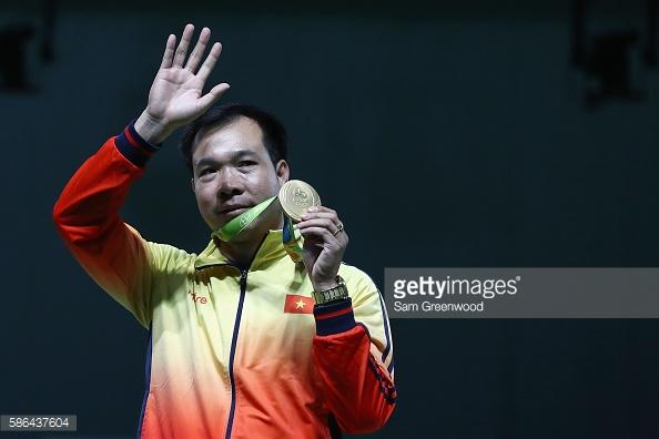 Nhà vô địch Olympic Hoàng Xuân Vinh: Hai lần mất mẹ và viên đạn lập nên lịch sử - Ảnh 2.
