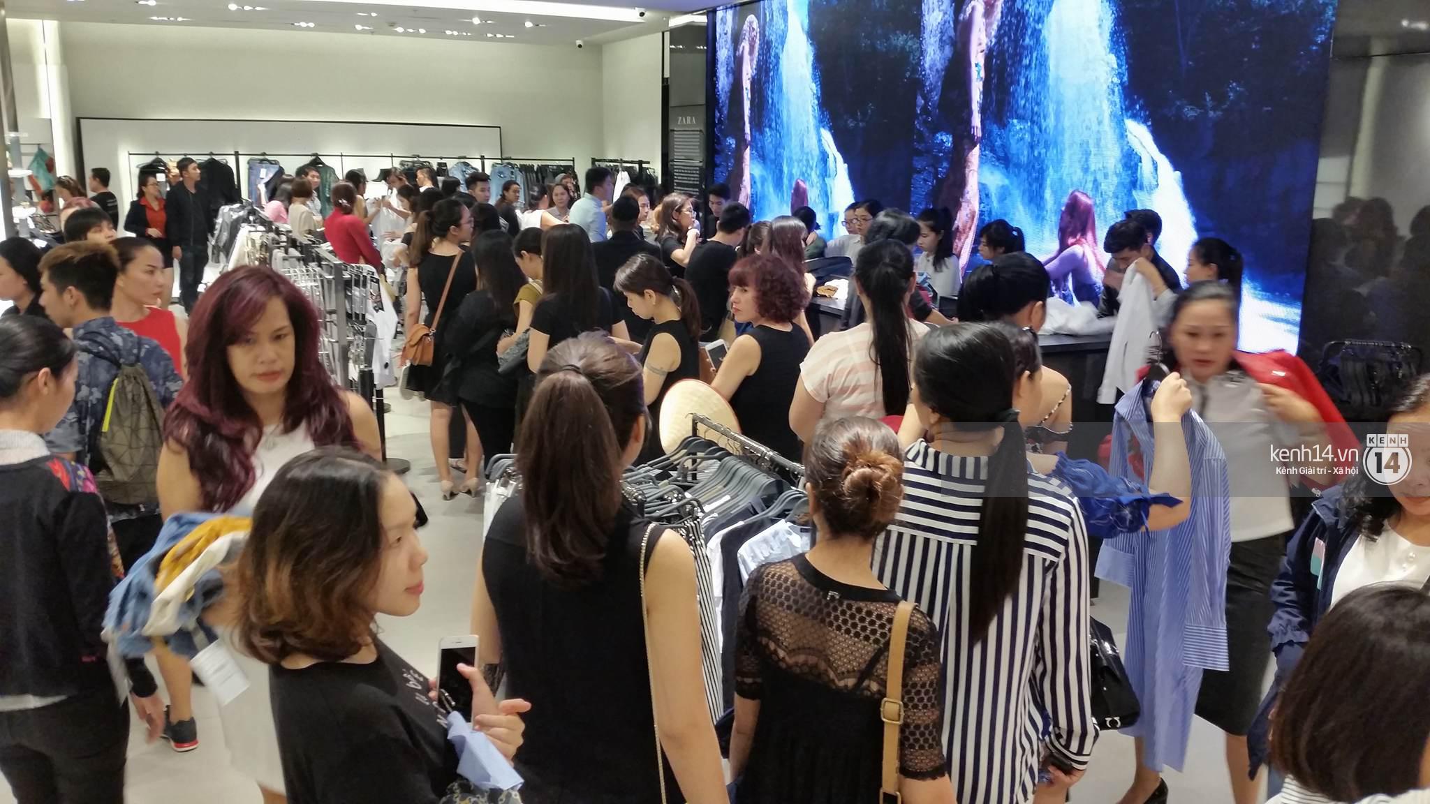 Gần đến giờ đóng cửa, store Zara Việt Nam vẫn đông nghịt, từng hàng dài chờ thanh toán hóa đơn cả chục triệu - Ảnh 7.