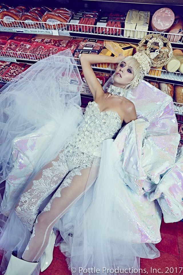 Thí sinh Next Top Mỹ ngã sấp mặt khi mang giày của Lady Gaga - Ảnh 24.