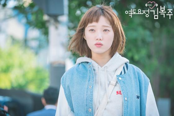 Phim đã hết nhưng con gái Hàn vẫn đổ xô cắt tóc ngắn cũn, tô son giống tiên nữ cử tạ Kim Bok Joo - Ảnh 2.