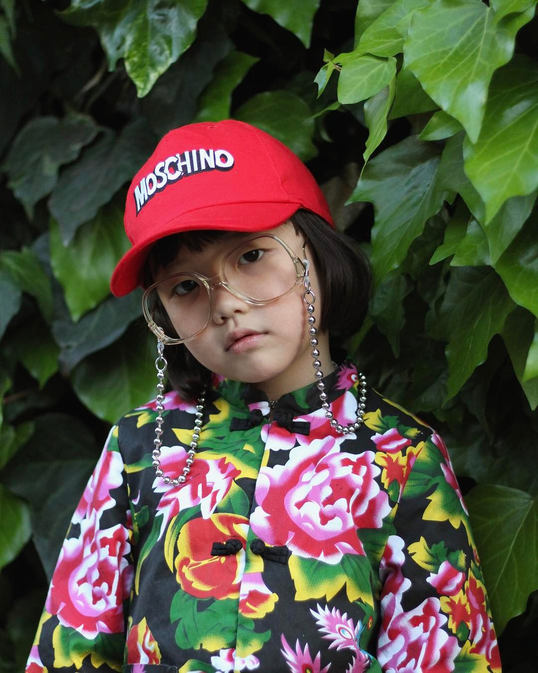 Mix đồ đẹp hơn người lớn, luôn đeo kính cực ngầu, cô bé này chính là fashion icon nhí chất nhất Nhật Bản - Ảnh 1.