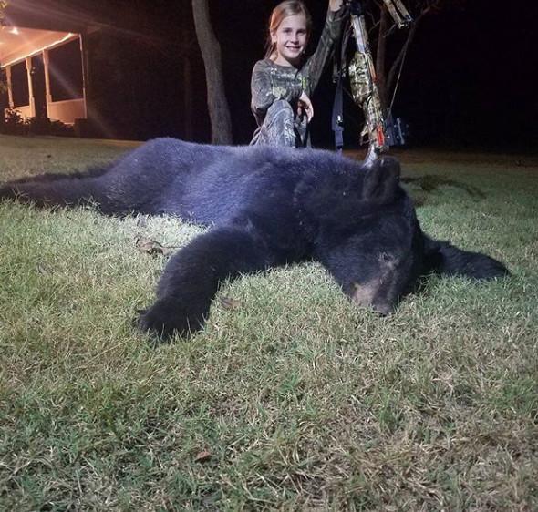 Bức ảnh bé gái 10 tuổi đứng cạnh con gấu đen nặng hơn 100 kg và câu chuyện bất ngờ đằng sau - Ảnh 1.