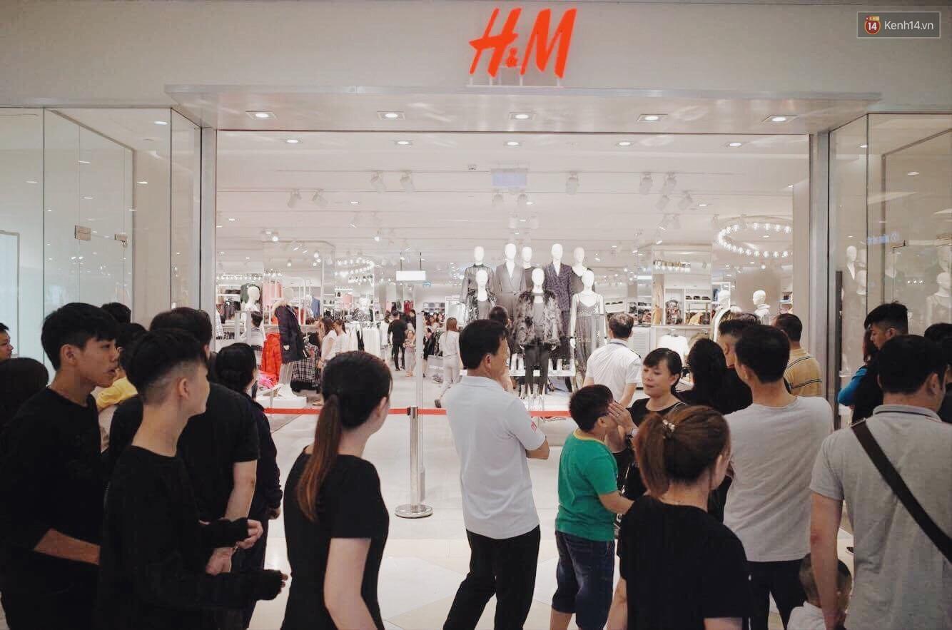 Sau ngày khai trương, store H&M Hà Nội bớt đông đúc nhưng khách vẫn xếp hàng dài chờ vào mua sắm - Ảnh 2.