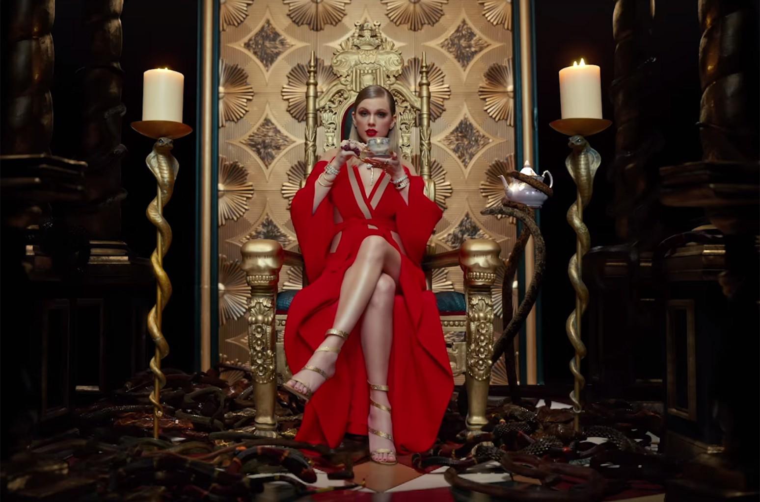 Liên tục lên sân khấu với trang phục vừa lôi thôi vừa dìm dáng, chuyện gì đã xảy ra với Taylor Swift luôn đẹp vậy? - Ảnh 1.