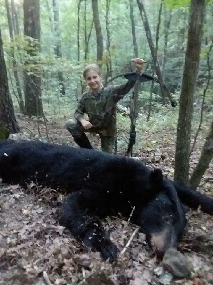 Bức ảnh bé gái 10 tuổi đứng cạnh con gấu đen nặng hơn 100 kg và câu chuyện bất ngờ đằng sau - Ảnh 2.