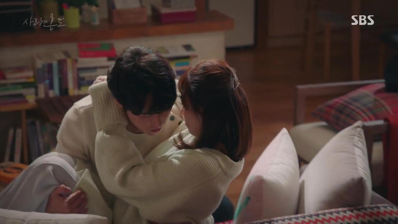 Nhiệt Độ Tình Yêu: Fan phát điên vì Seo Hyun Jin được trai trẻ bế lên sofa - Ảnh 4.