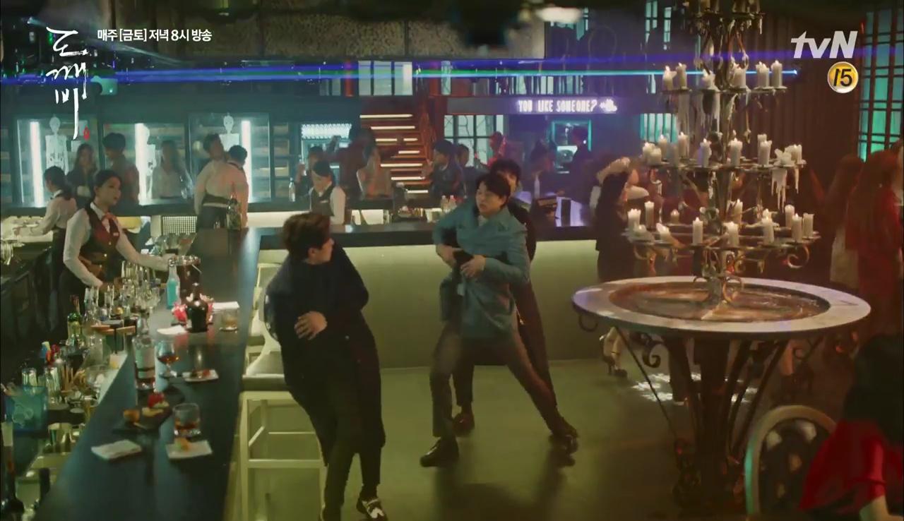 """""""Goblin"""" tập 12 đầy kịch tính: Mọi lá bài quan trọng đều đã được lật, kể cả """"Thần"""" Sung Jae! - Ảnh 15."""