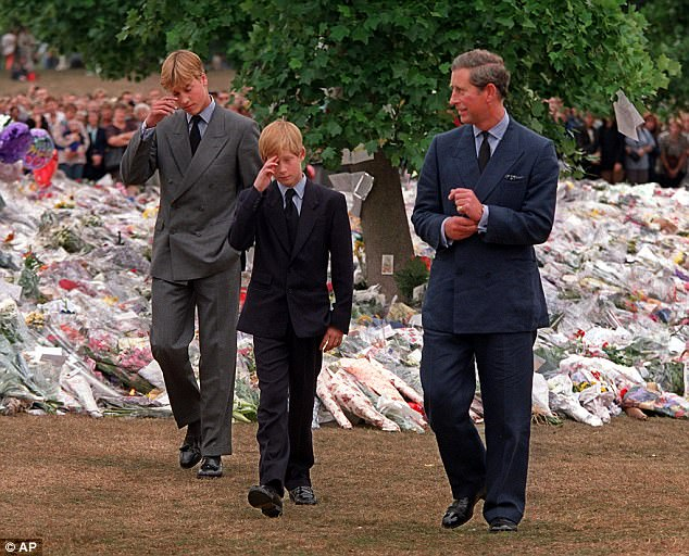 Hoàng tử Anh Harry nghẹn ngào nước mắt sau khi nghe tin công nương Diana qua đời: Mẹ mất thật rồi ạ? - Ảnh 1.
