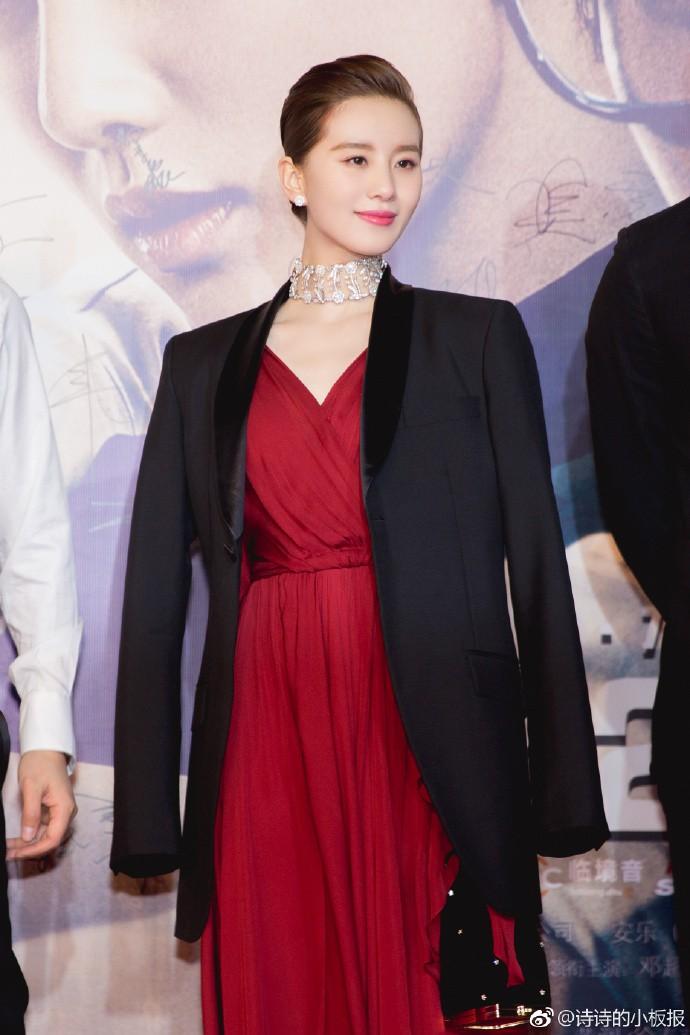 Cắt tóc tomboy siêu ngắn nhưng Lưu Thi Thi vẫn đẹp tựa nữ thần nhờ chọn được style phù hợp - Ảnh 1.