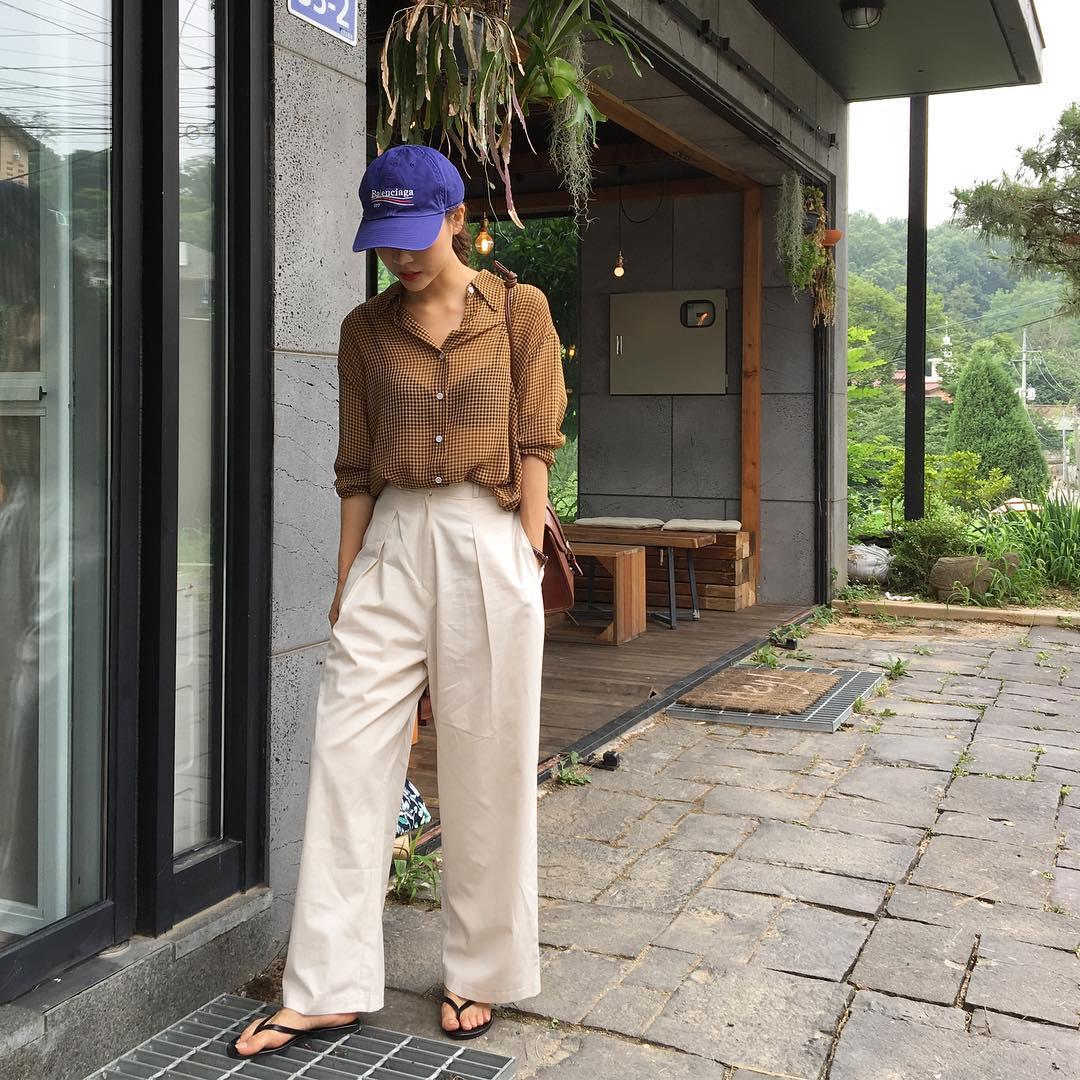 Dép tông, dép lào giờ đã thành món đồ sành điệu, được các fashionista xứ Hàn diện cùng đồ đi chơi cực chất - Ảnh 1.
