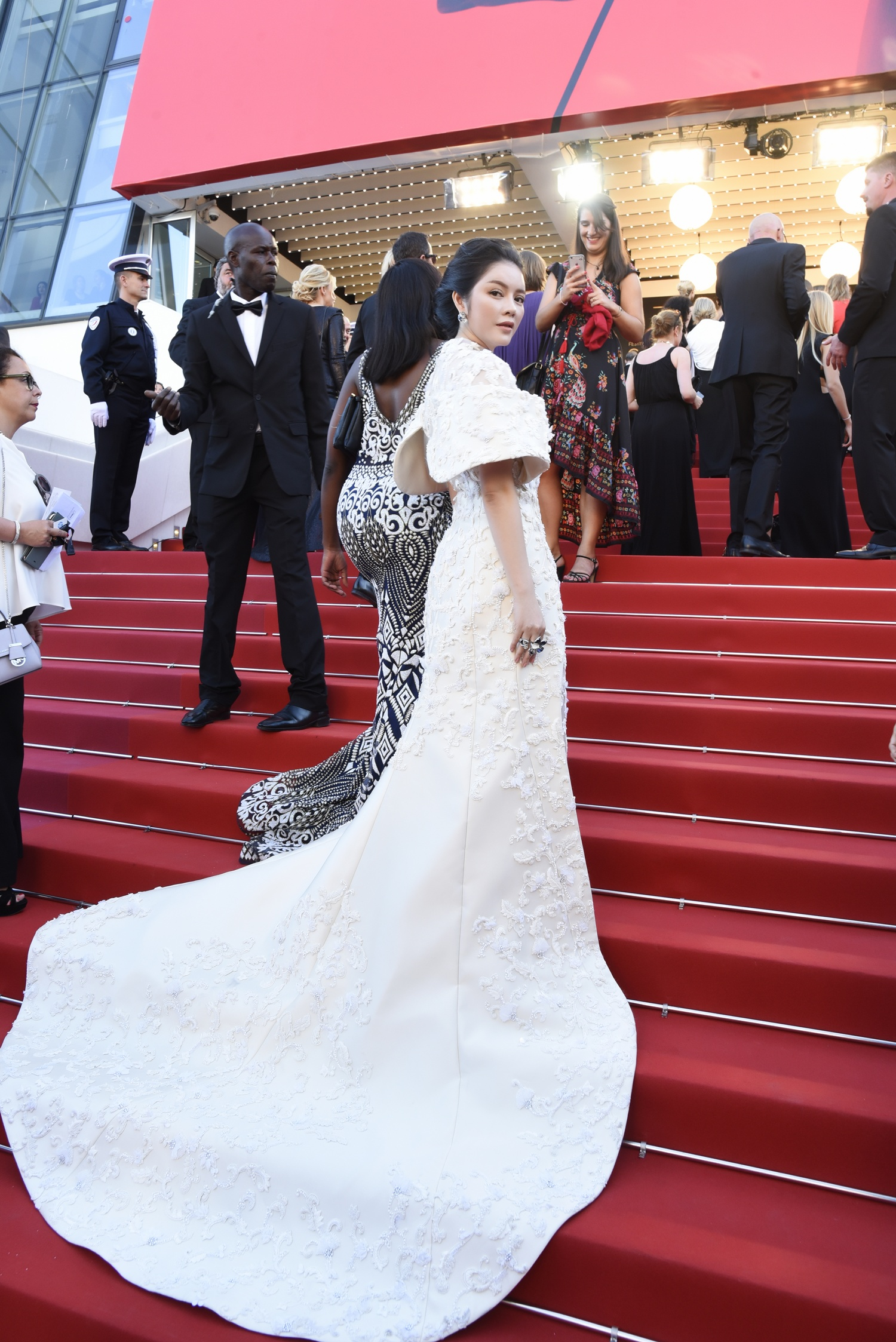Không thua chị kém em, Lý Nhã Kỳ lộng lẫy như bà hoàng trên thảm đỏ khai màn LHP Cannes 2017 - Ảnh 9.
