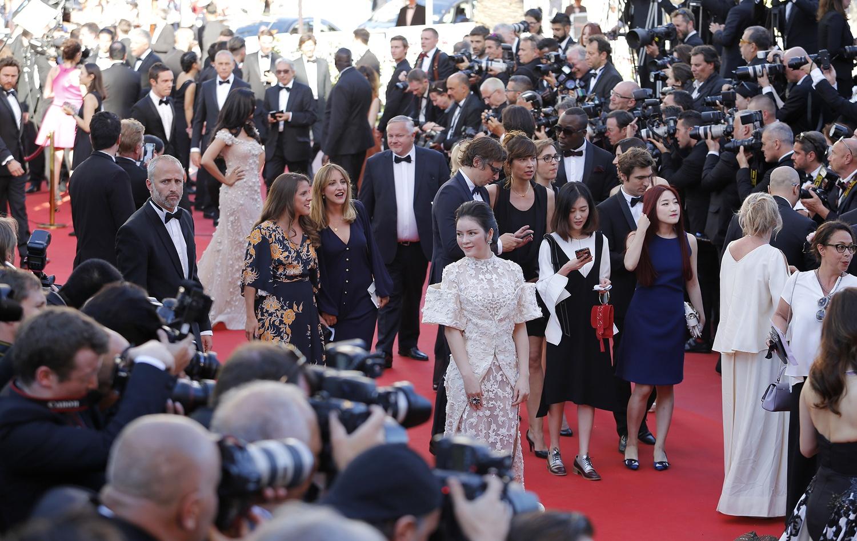 Không thua chị kém em, Lý Nhã Kỳ lộng lẫy như bà hoàng trên thảm đỏ khai màn LHP Cannes 2017 - Ảnh 3.