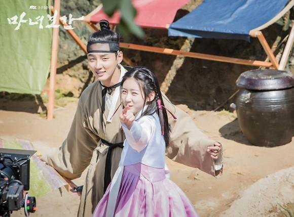 Khổ thân 5 sao nữ Hàn chưa đủ 18 đã phải đóng cảnh yêu đàn anh già hơn cả giáp - Ảnh 2.