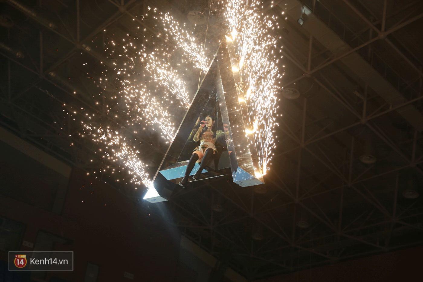 Hết gây bất ngờ khi xuất hiện từ trên cao, Đông Nhi lại tắm mưa trước 8.000 khán giả trên sân khấu - Ảnh 8.
