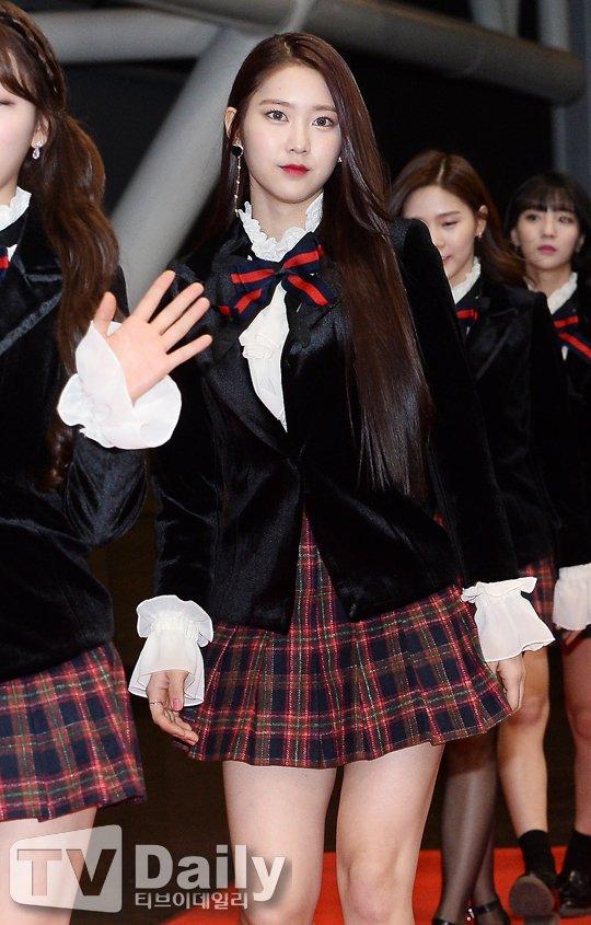 Oh My Girl bị tố đạo cả trang phục lẫn phụ kiện hàng hiệu của Jennie Kim - Ảnh 3.