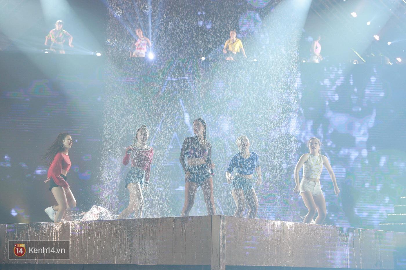 Hết gây bất ngờ khi xuất hiện từ trên cao, Đông Nhi lại tắm mưa trước 8.000 khán giả trên sân khấu - Ảnh 5.