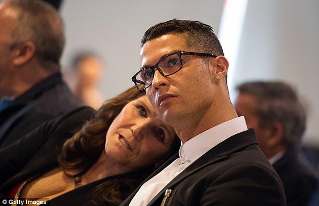 Ronaldo và 2 khoảnh khắc ý nghĩa nhất cuộc đời: được mẹ ủng hộ và nắm tay con trai như nhà vô địch - Ảnh 2.