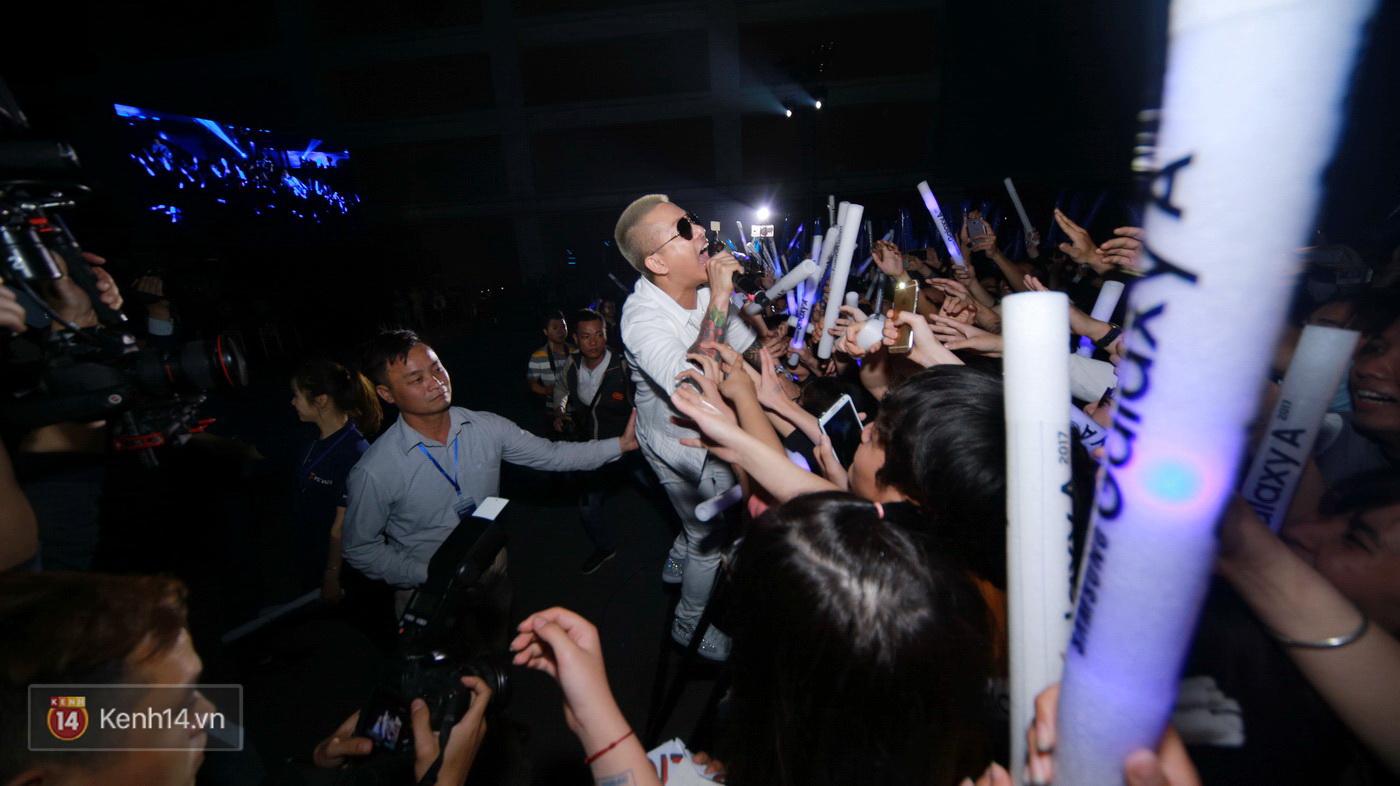 Hết gây bất ngờ khi xuất hiện từ trên cao, Đông Nhi lại tắm mưa trước 8.000 khán giả trên sân khấu - Ảnh 15.
