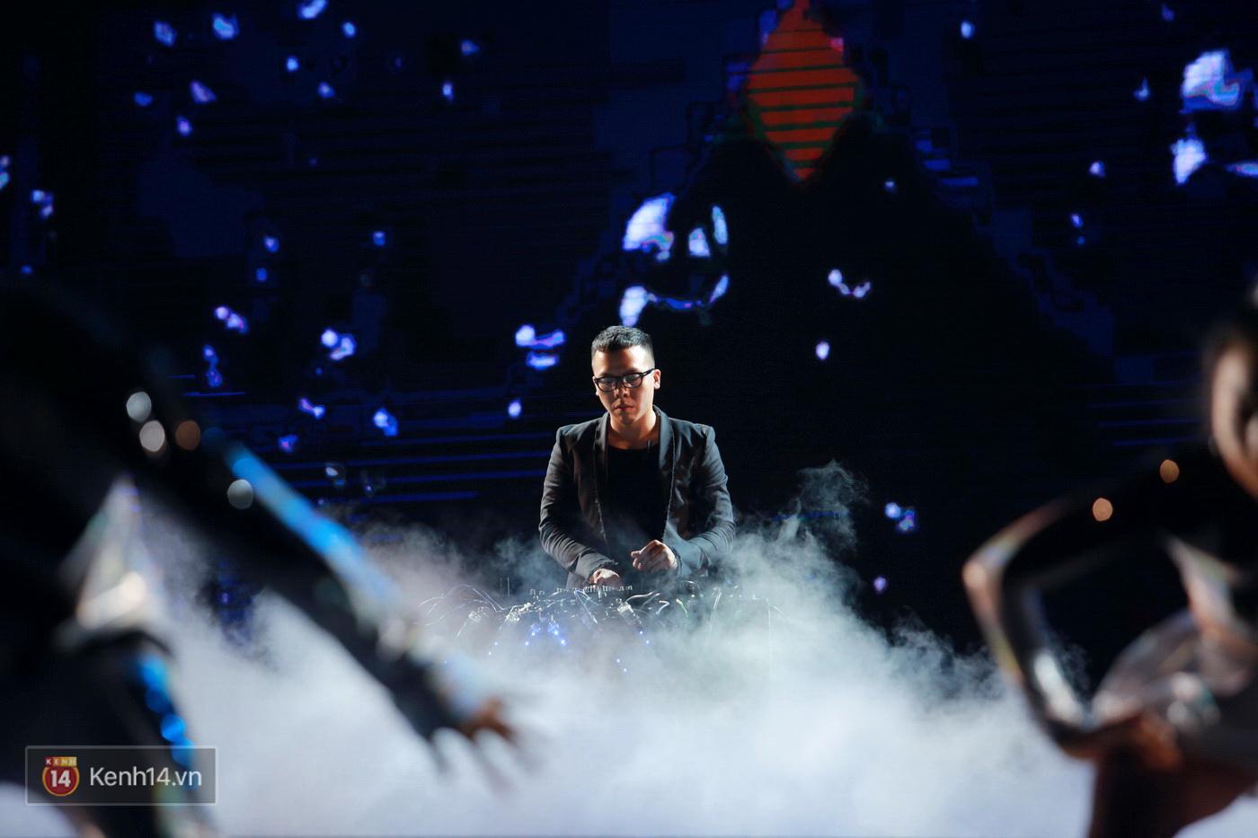 Hết gây bất ngờ khi xuất hiện từ trên cao, Đông Nhi lại tắm mưa trước 8.000 khán giả trên sân khấu - Ảnh 24.