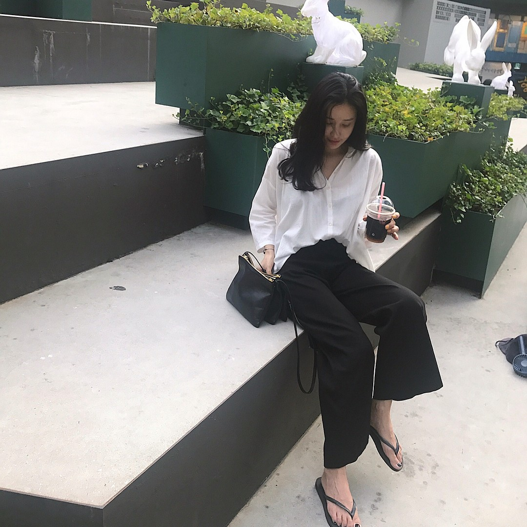 Dép tông, dép lào giờ đã thành món đồ sành điệu, được các fashionista xứ Hàn diện cùng đồ đi chơi cực chất - Ảnh 4.