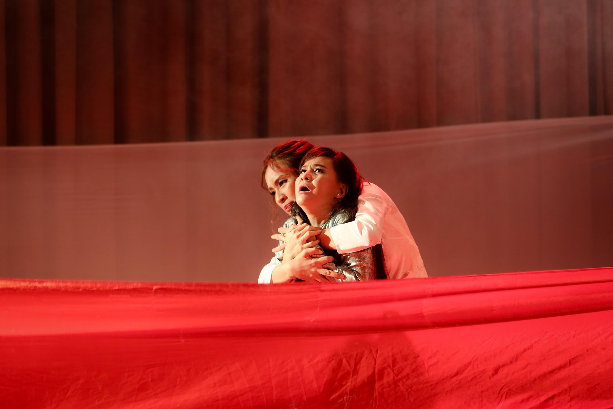 Lật mặt showbiz: Cát Phượng - Ái Phương ôm nhau khóc sau mâu thuẫn từ câu chuyện Hà Hồ - Minh Hằng - Ảnh 9.