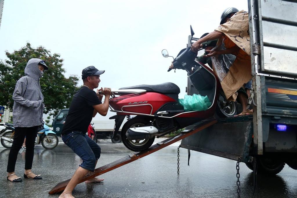 Chùm ảnh: Ngày Hà Nội ngập nặng sau mưa lớn, nghề giải cứu người và xe lại lên ngôi - Ảnh 5.