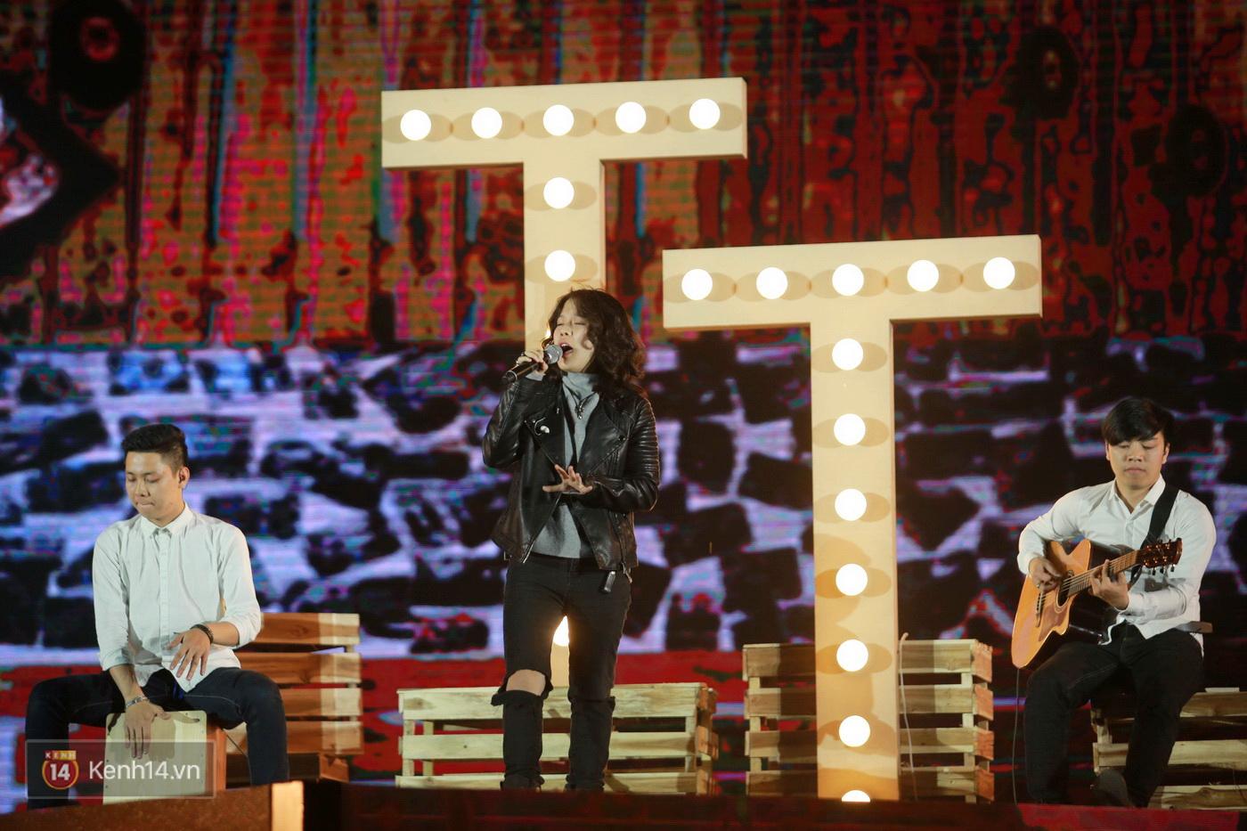 Hết gây bất ngờ khi xuất hiện từ trên cao, Đông Nhi lại tắm mưa trước 8.000 khán giả trên sân khấu - Ảnh 16.