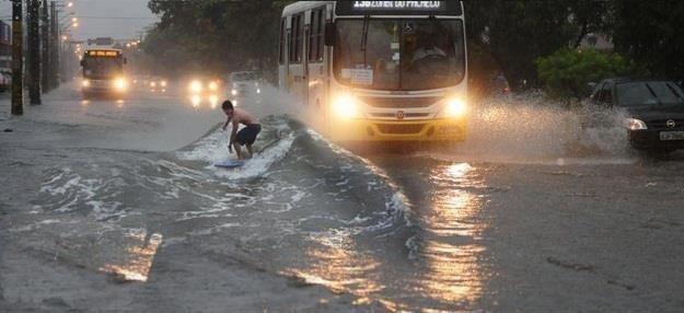 Loạt ảnh các dân chơi trời bão: Mưa gió cũng không làm nhụt chí ra ngoài đường - Ảnh 23.