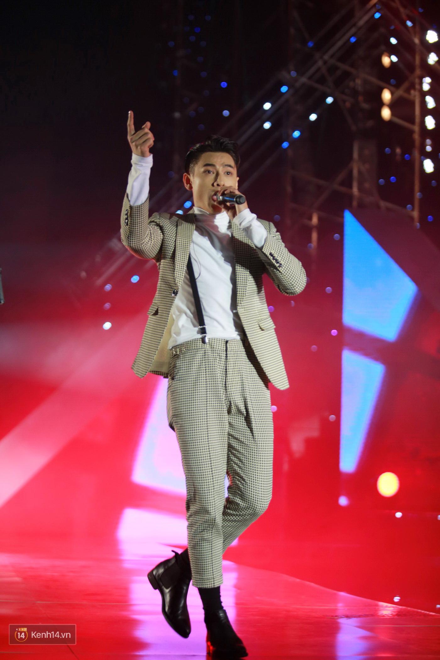 Hết gây bất ngờ khi xuất hiện từ trên cao, Đông Nhi lại tắm mưa trước 8.000 khán giả trên sân khấu - Ảnh 19.
