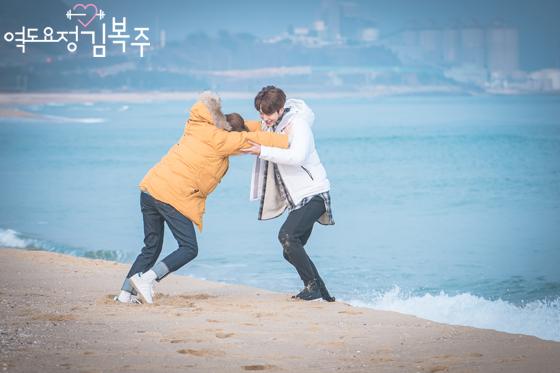 Những khoảnh khắc tình bể bình minh chứng cặp đôi YG Lee Sung Kyung và Nam Joo Hyuk là chân ái - Ảnh 21.