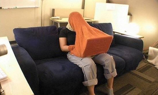 Cười té ghế với 11 tư thế dùng máy tính không đỡ nổi của các dân chơi - Ảnh 13.