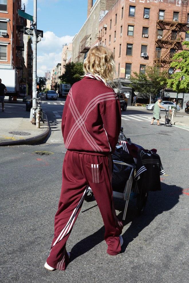 adidas Originals x Alexander Wang lăng xê mốt nhặt lá đá ống bơ, tay cầm túi rác ra đường - Ảnh 9.