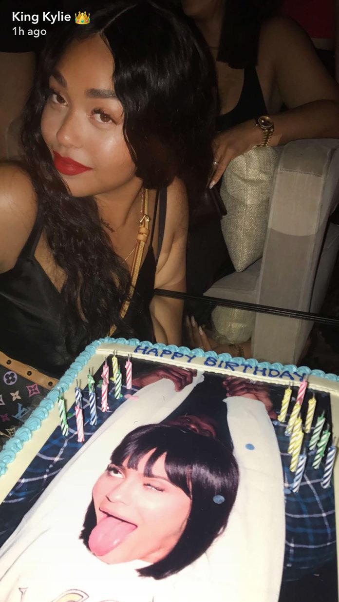 Băng đăng hình vòng 3 và những món quà độc đáo trong tiệc sinh nhật Kylie Jenner - Ảnh 2.