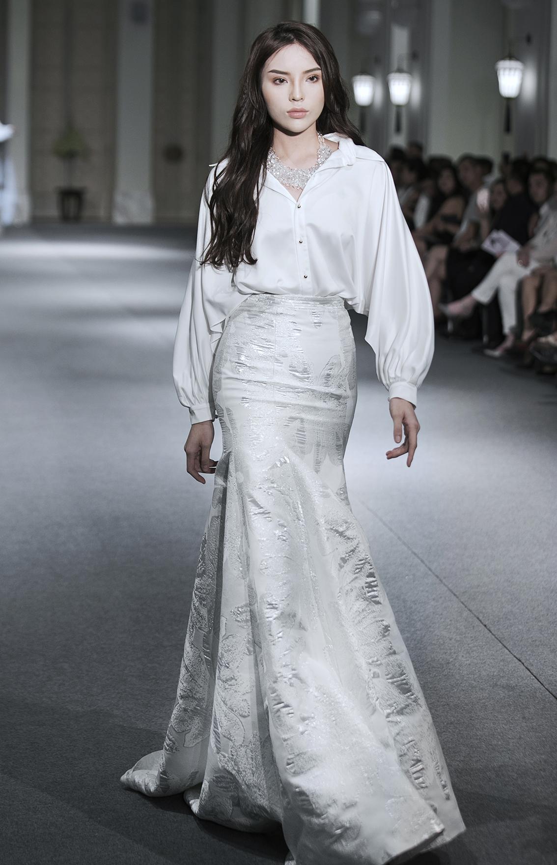 Kỳ Duyên thần thái tự tin, tỏa sáng như công chúa tuyết khi làm vedette cho show của Adrian Anh Tuấn - Ảnh 4.