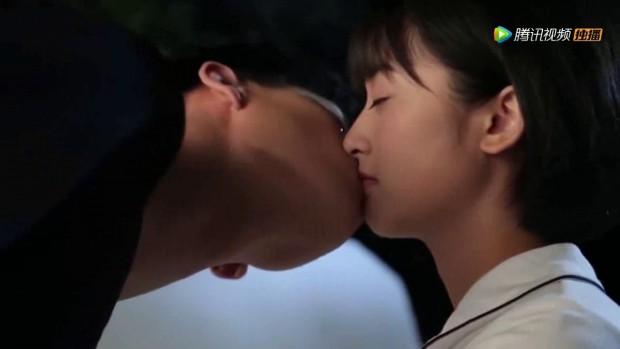 Ngã ngửa khi vén màn bí mật về cảnh hôn lãng mạn trong phim Hoa Ngữ - Ảnh 2.