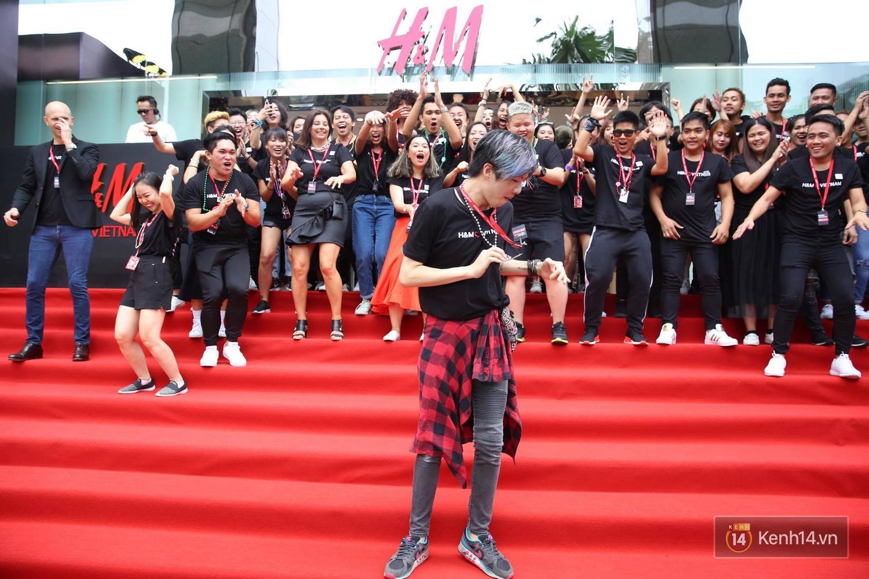 Đội ngũ nhân viên H&M Việt Nam chào sân với tiết mục nhảy tập thể có một không hai trong ngày khai trương - Ảnh 6.