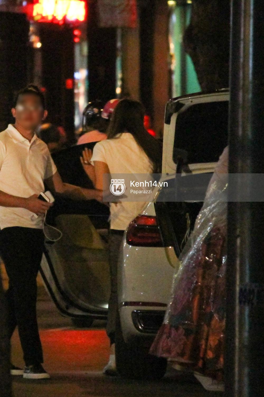 Phạm Hương thoải mái đi ăn, hát karaoke với bạn sau khi cửa hàng bị tạt sơn - Ảnh 2.