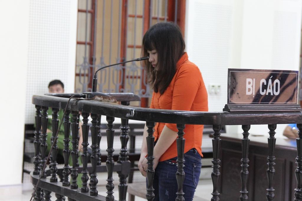 Được phép nói lời cuối cùng, nữ bị cáo chắp tay quỳ lạy xin lỗi phía gia đình nạn nhân - Ảnh 1.