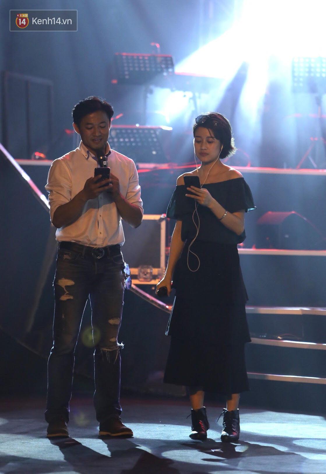 Diva Hồng Nhung gây xúc động, trình diễn như lên đồng tại buổi tổng duyệt Gala WeChoice Awards 2016 - Ảnh 8.