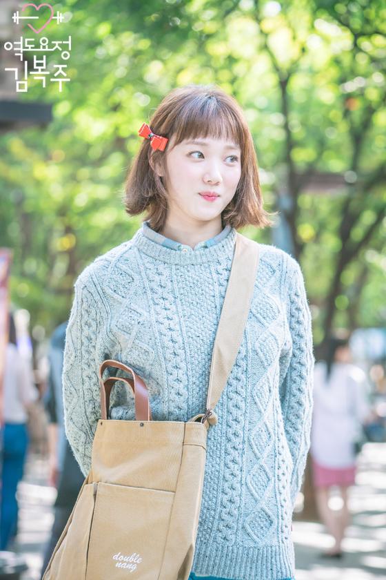 Phim đã hết nhưng con gái Hàn vẫn đổ xô cắt tóc ngắn cũn, tô son giống tiên nữ cử tạ Kim Bok Joo - Ảnh 1.