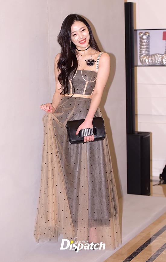 Yoona và Sulli cùng diện đồ hiệu đẳng cấp, đọ sắc vóc một chín một mười tại sự kiện của Dior - Ảnh 1.