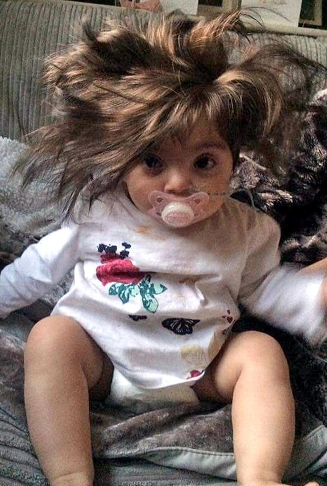 Bé gái đáng yêu bị tưởng nhầm là búp bê vì có mái tóc dày như đồ giả - Ảnh 2.