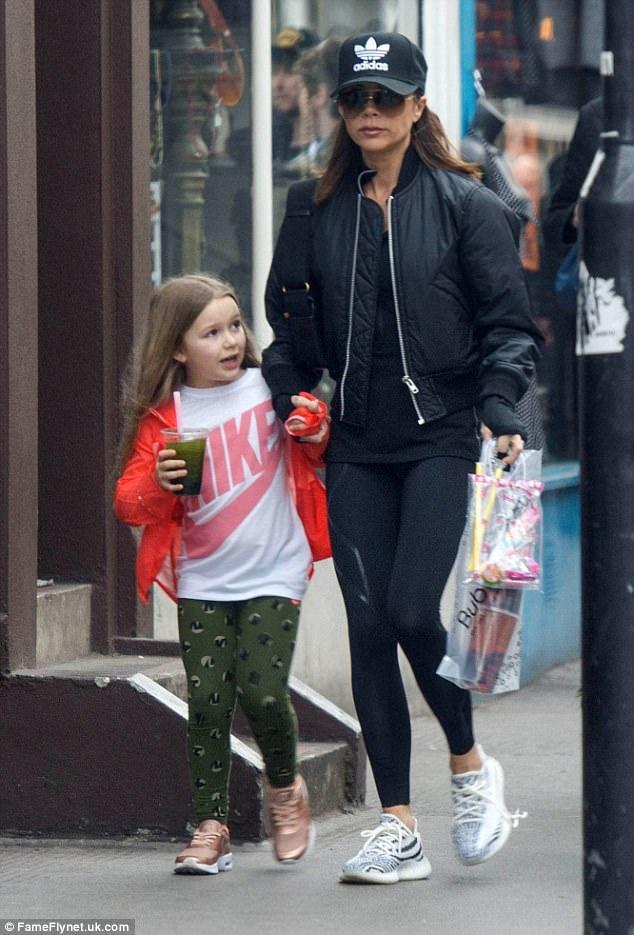 Không thể tin cũng có ngày bà Beck diện legging cùng sneaker giản dị thế này ra phố - Ảnh 3.