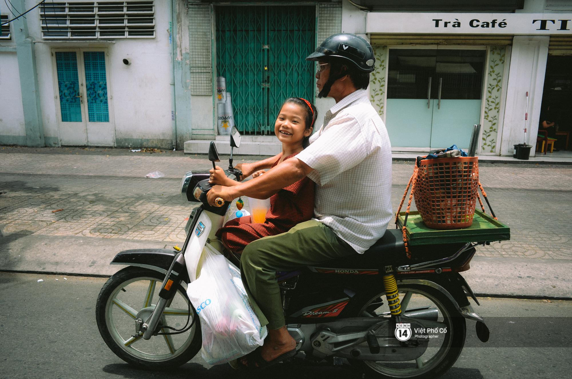 Gia đình vé số Sài Gòn: Ba mẹ ăn chuối luộc thay cơm, hai con gái không biết đến thịt cá - Ảnh 7.